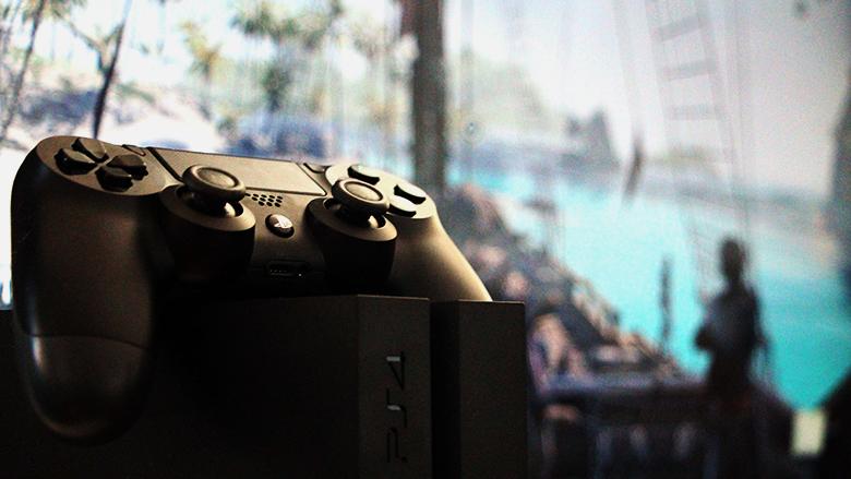 """Sonys PS4, im Hintergrund """"Assassin´s Creed IV"""" © Jakob Steinschaden"""