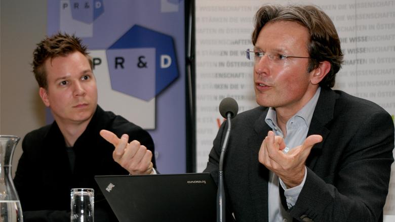 Prof. Arno Scharl von der Modul University neben mir am Rednerpult. © FWF