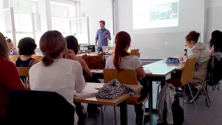 Meine Wenigkeit beim Präsentieren am Münchner Pulbizistikinstitut. © Brigitte Huber