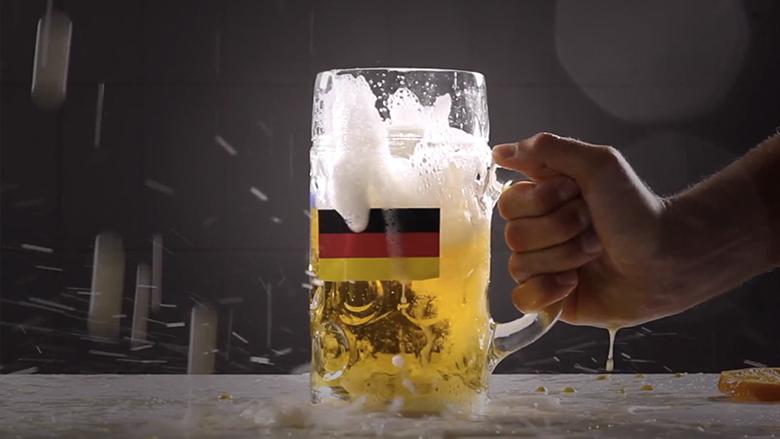 Spaß nach Maß: Schland-Bier zertrümmert sinnbildlich ein brasilianisches Cocktail-Glas.
