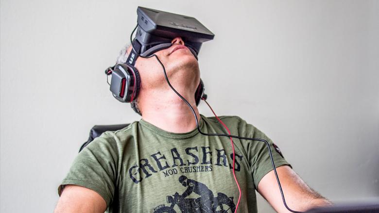 Noch klobig und unhübsch, sollen VR-Brillen einmal wie Sonnenbrillen aussehen. © Sergey Galyonkin (CC BY-SA 2.0)