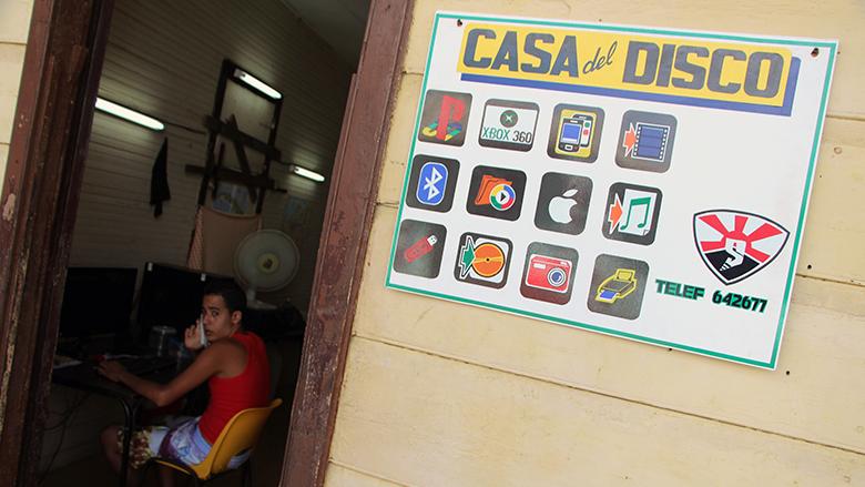 """In diesen App Stores versorgen sich die Kubaner mit """"Apliciones para Móviles"""". © Jakob Steinschaden"""