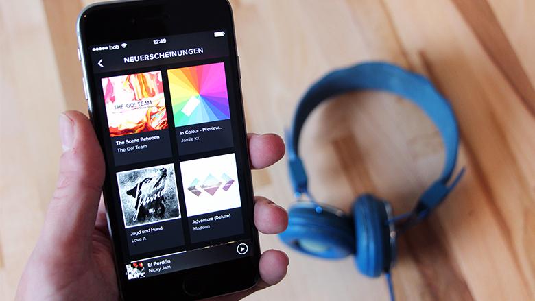 Spotify am Handy und ein bunter Kopfhörer gehört zur Hipster-Grundausstattung. © Jakob Steinschaden